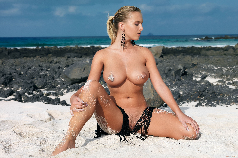 Показать фото голой девушки на пляже в голубом купальнике фото 250-773